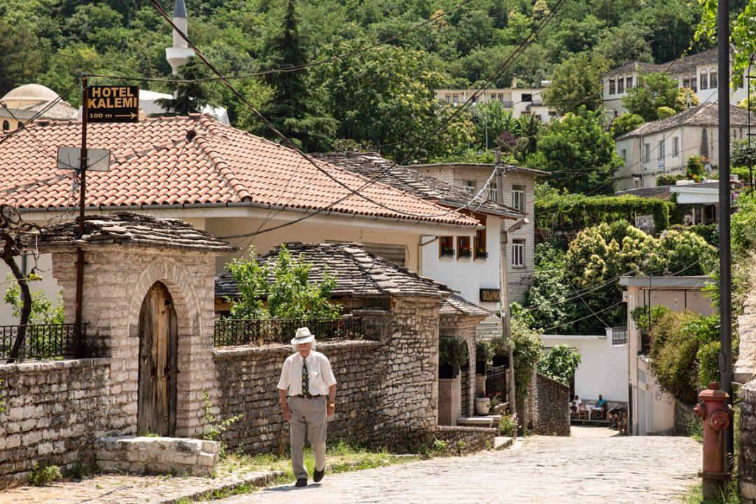 Pappy dans les rues de Gjirokastra en Albanie