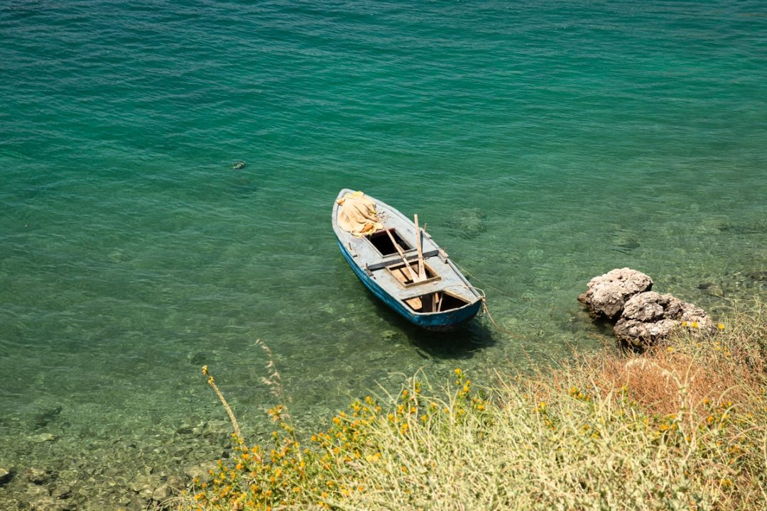 Bateau de pêche à Porto Palermo en Albanie