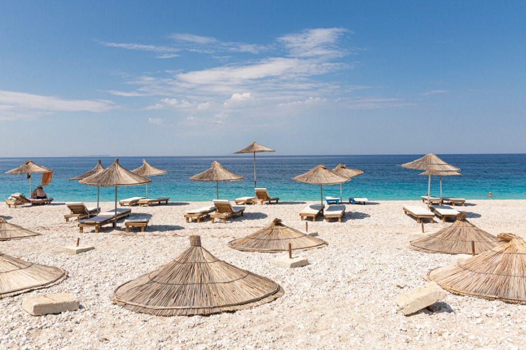 Transats sur la plage de Livadhi en Albanie