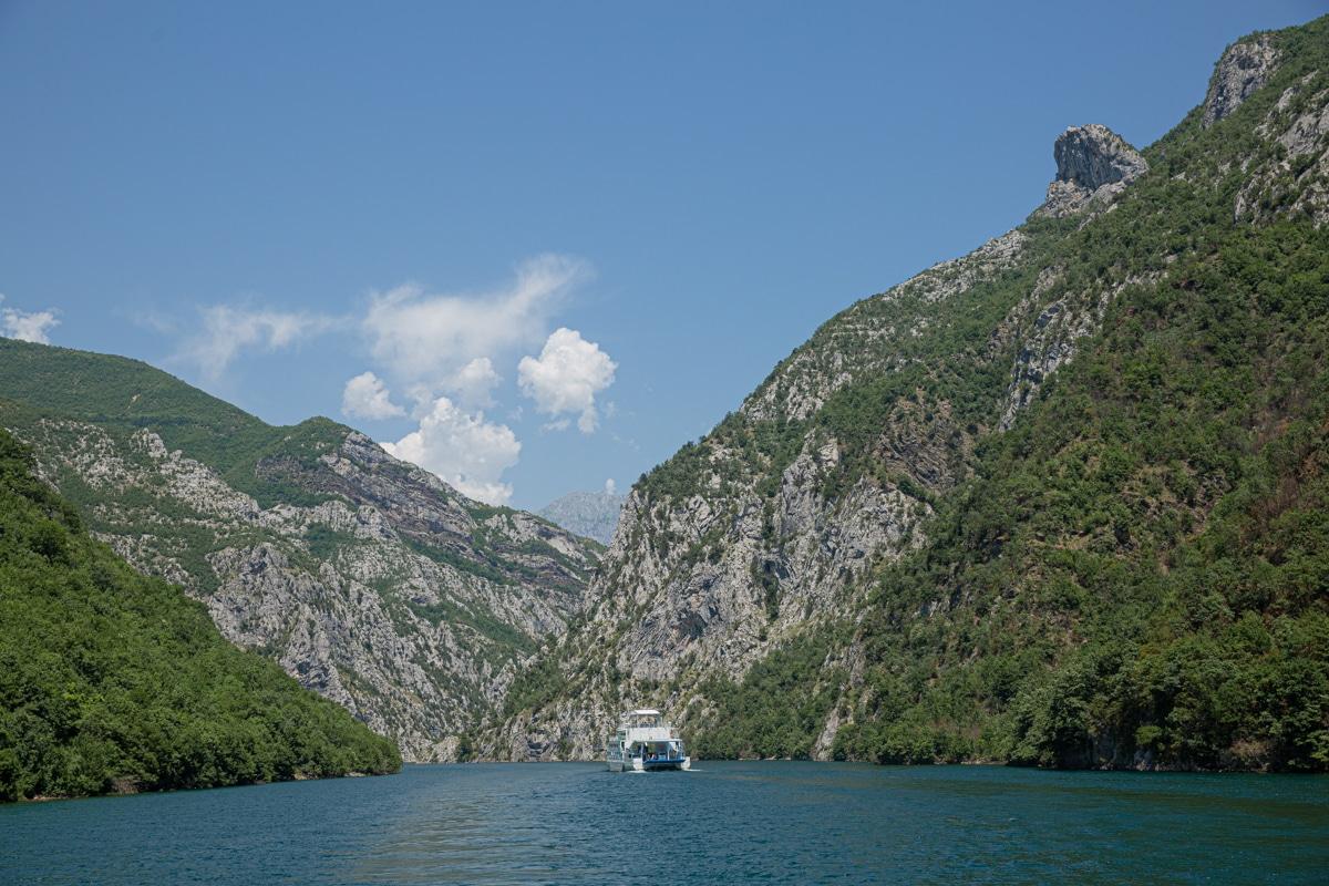 Paysage majestueux sur le lac Koman en Albanie