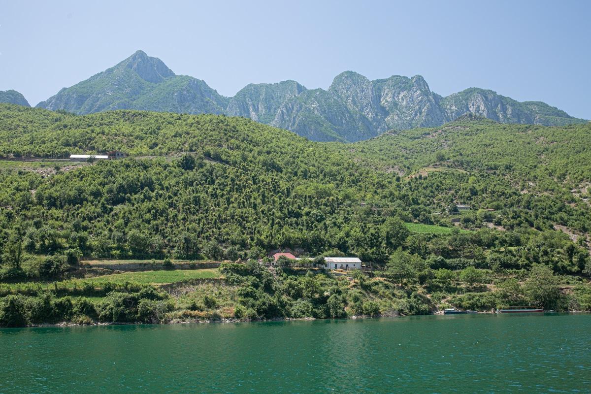 Ferme sur les rives du lac Koman