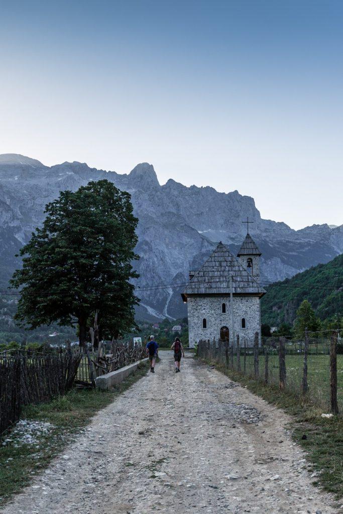 Eglise de Theth, l'icône du village de montagne en Albanie