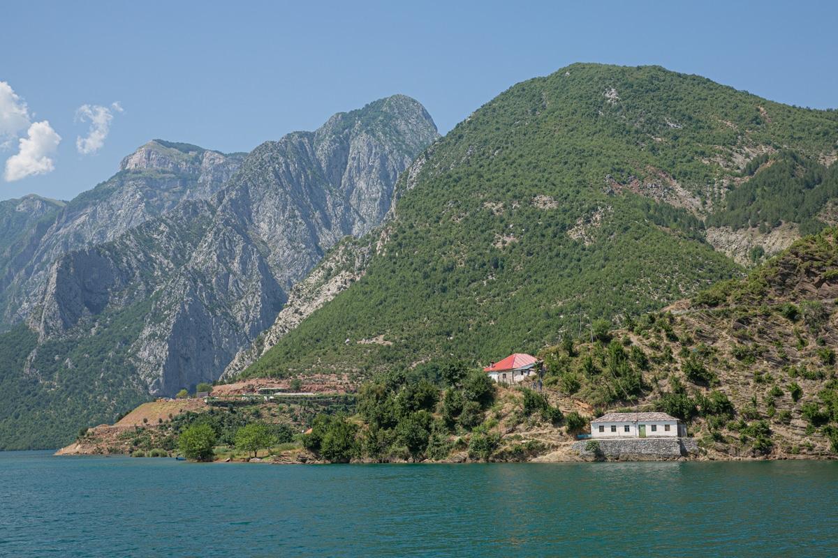 Ferme sur le lac Koman en Albanie