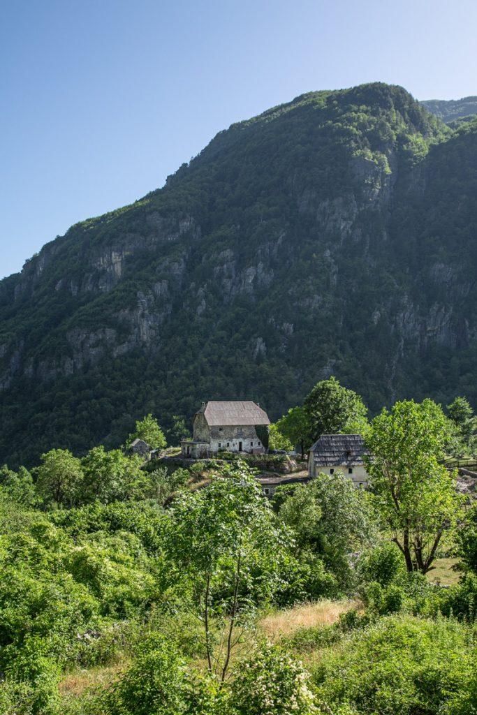 Ferme traditionnelle de theth, le paradis de la randonnée en Albanie