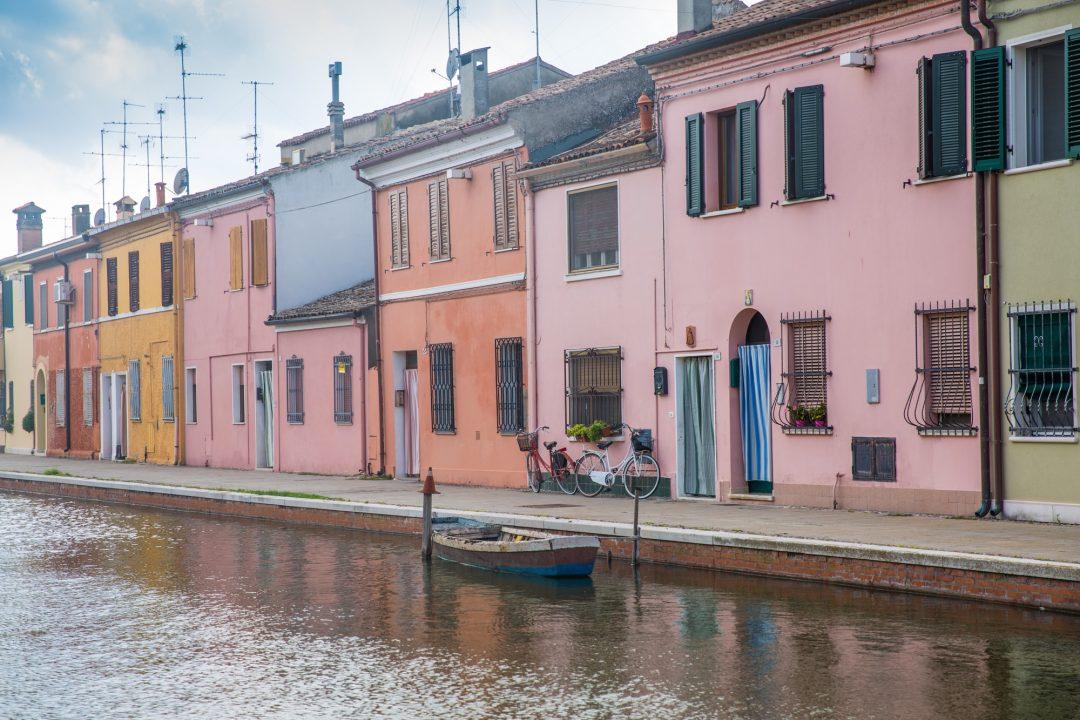 Comacchio, une jolie ville colorée située à l'entrée du delta du Po en Italie