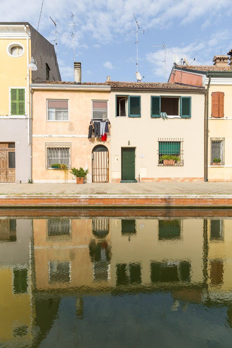 Comacchio est la capitale du delta du Pô. Jolie ville colorée, elle se découvre à pied #inemiliaromagna