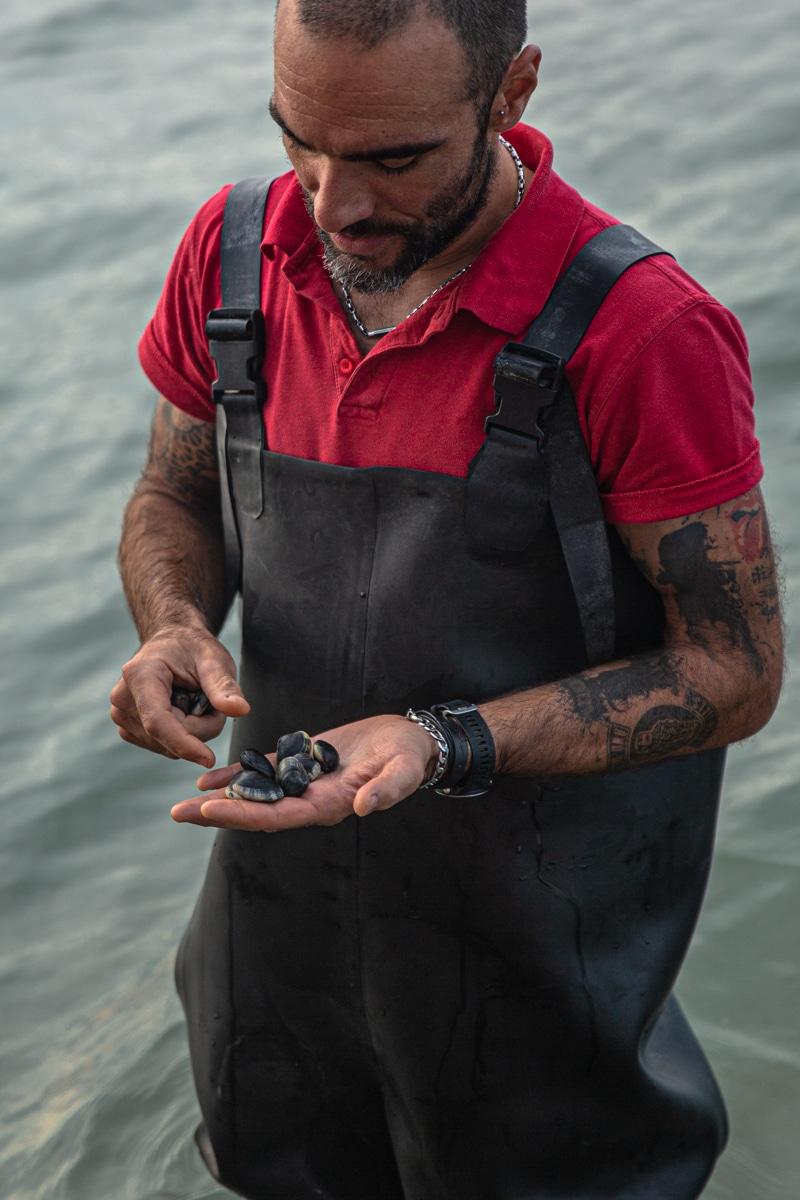 Pêcheur de palourdes dans le delta du po en Italie #inemiliaromagna
