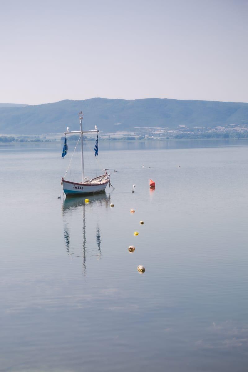Bateau sur le lac Volvi près de Thessalonique en Grèce
