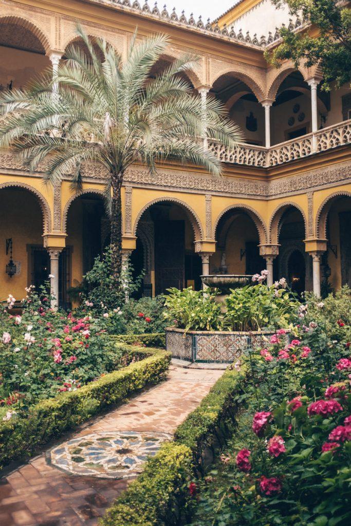 Jardins du palacio de la dueñas à Séville en Andalousie