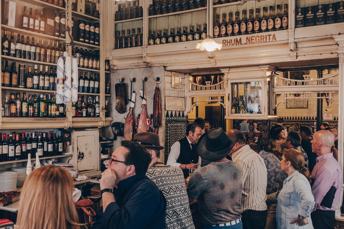 Intérieur du bar El Rinconcillo, une institution de Séville en Andalousie