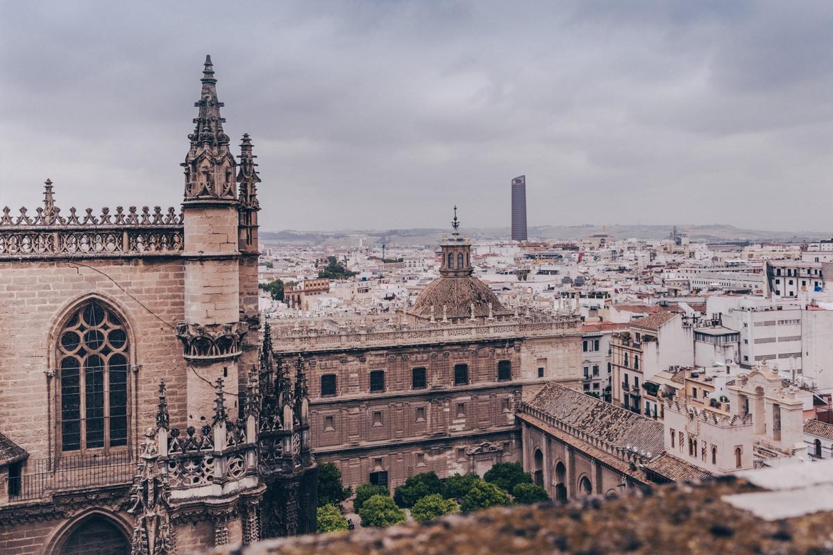 Depuis le haut de la Giralda à Séville, on voit très bien les toits de la cathédrale