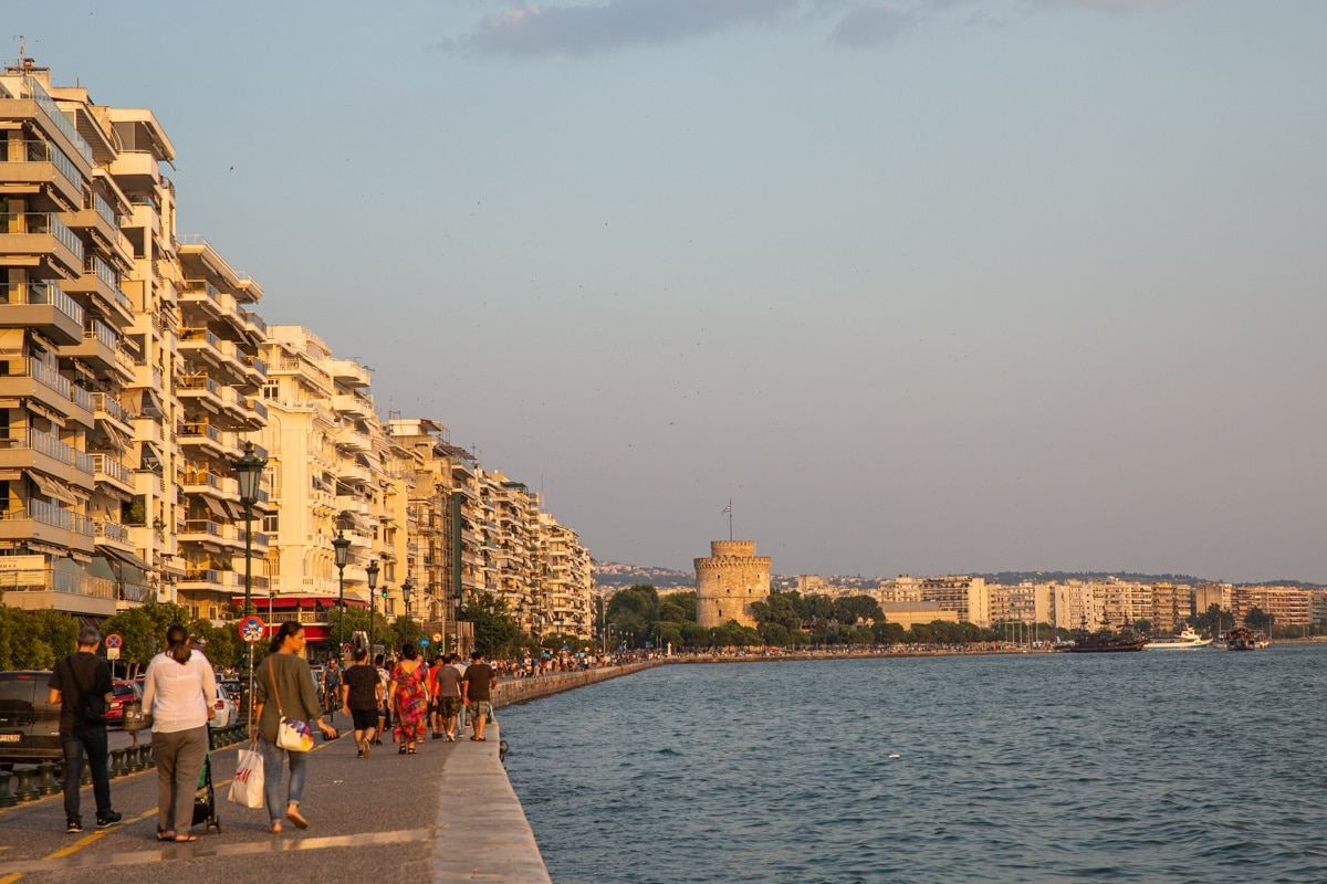Promenade au coucher du soleil sur le front de mer de Thessalonique en Grèce. Au loin se dessine la Tour blanche.