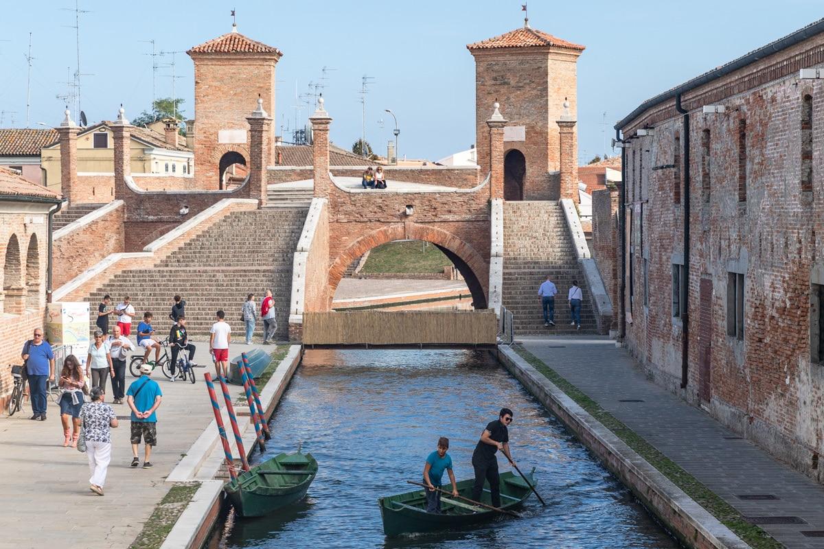 Le pont Trepponti de Comacchio en Italie, un pont construit au 17ème siècle, carrefour de 5 canaux. #inemiliaromagna
