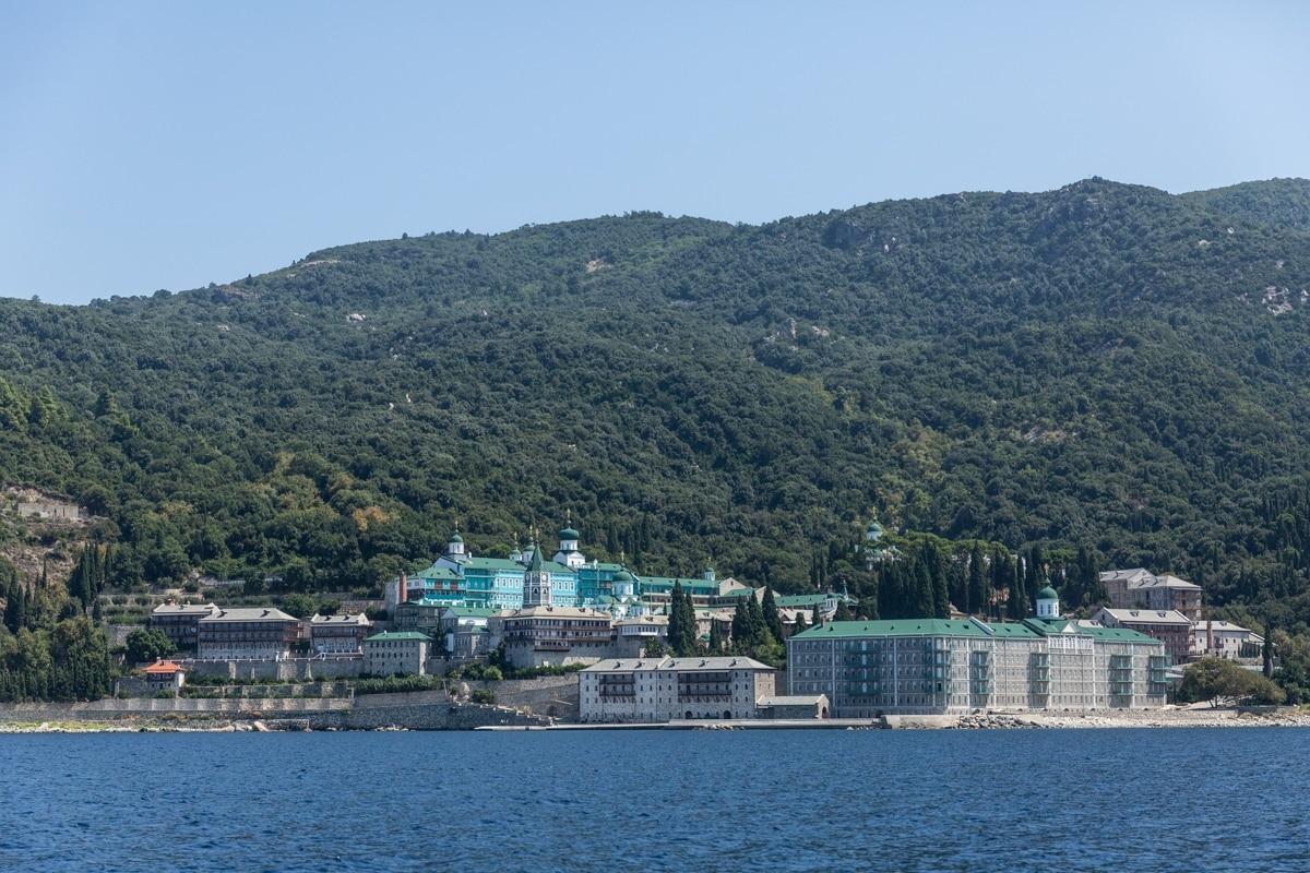 Monastère du Mont Athos en Grèce continentale. Il est interdit aux femmes de s'y rendre donc la sortie en bateau est recommandée