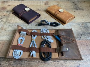 Organisateur de câbles en cuir, un joli cadeau à offrir à son voyageur préféré