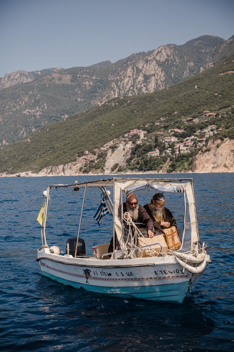 Arrivée des prêtres sur la bateau pour la bénédiction du 15 août au mont Athos