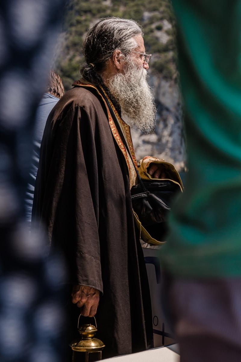 Le prêtre attendant le bateau qui le ramènera sur le mont Athos