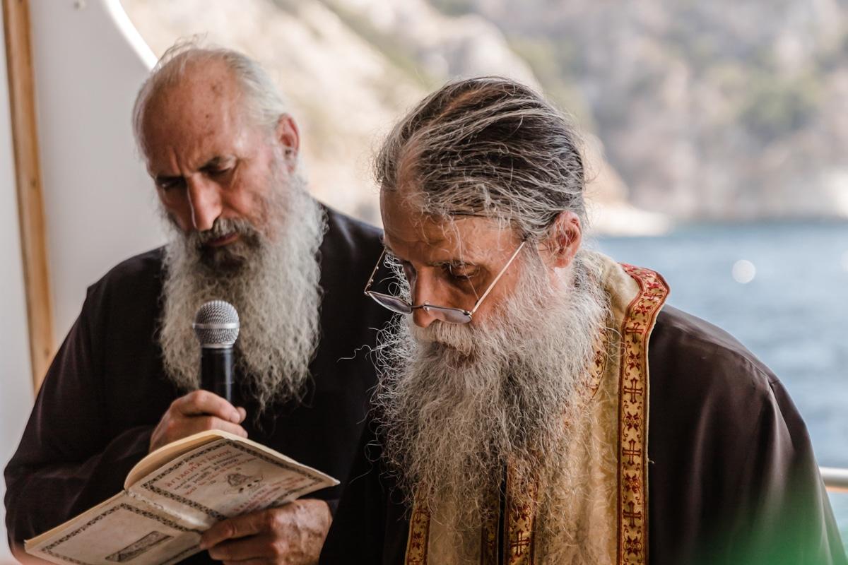 Prière sur le bateau au mont Athos, une montagne sacrée interdite aux femmes