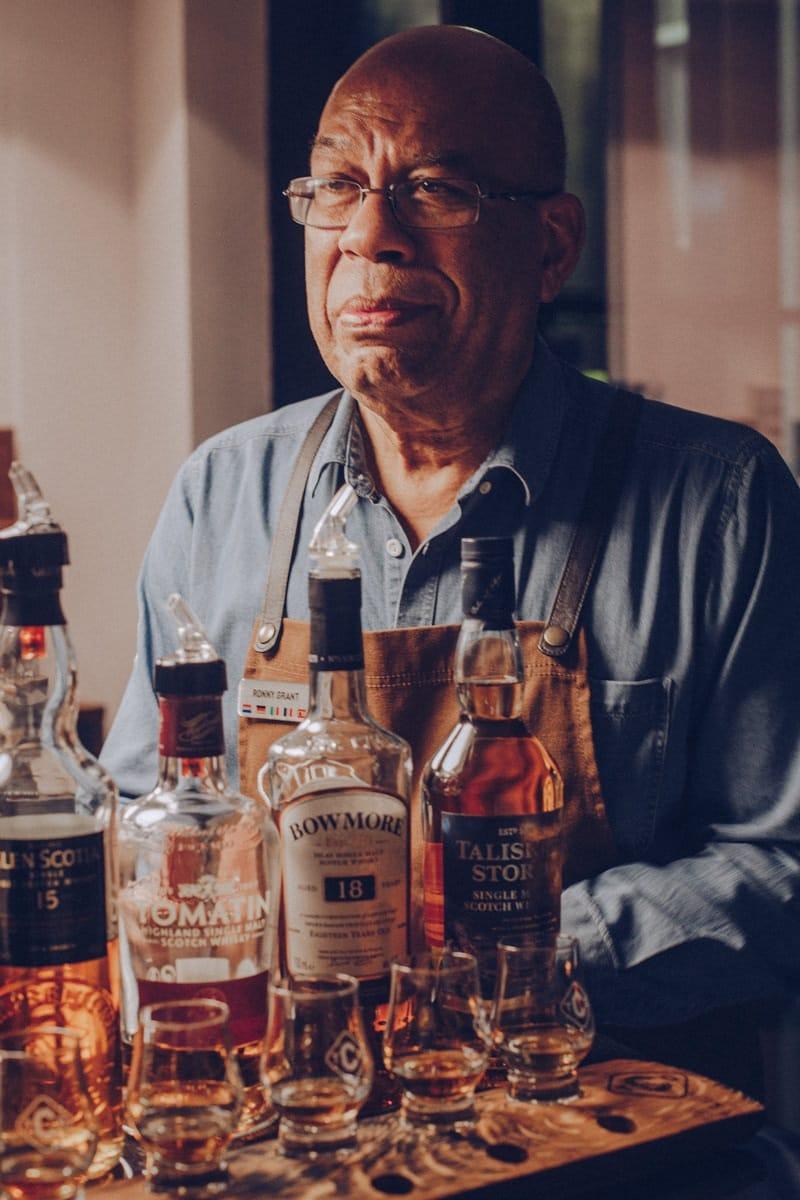 Ronny Grant de la distillerie Clyde à Glasgow est une bible du whisky. A faire la dégustation Whisky chocolat