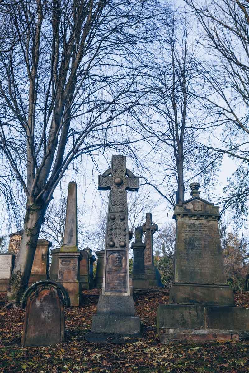 Croix celte dessinée par Mackintosh vue dans la nécropole de Glasgow