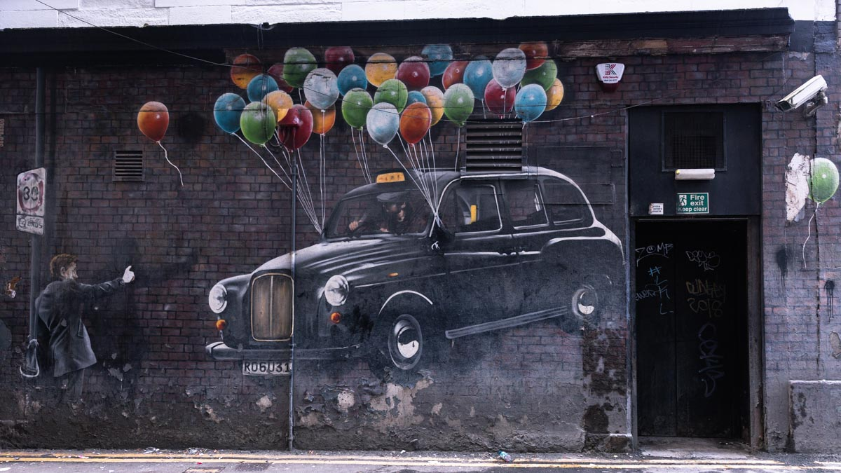 Glasgow est une ville qui se visite pour son street art. The world's most economical taxi by Rogue Oner