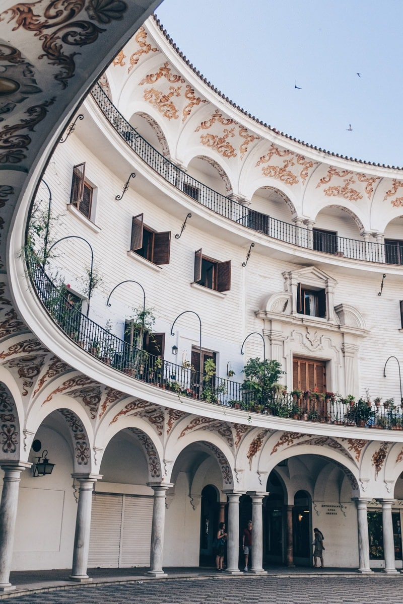 Plaza del cabido, un sublime place en arc de cercle près de la cathédrale de Séville