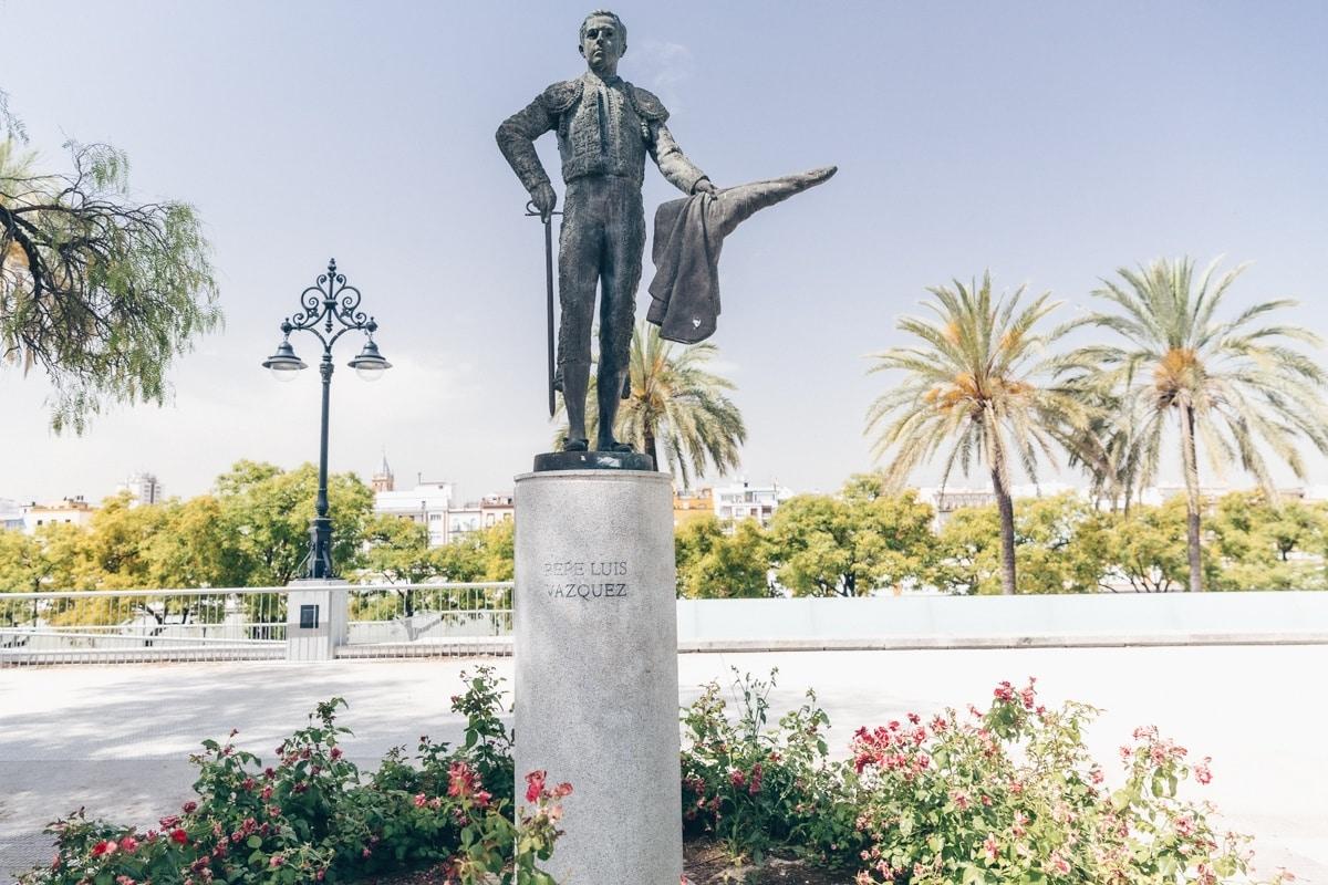 Statue devant les arènes de Séville