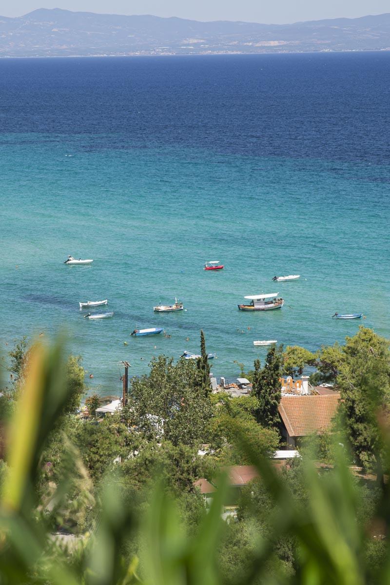 Vue sur la mer Egée à Afitos en Grèce