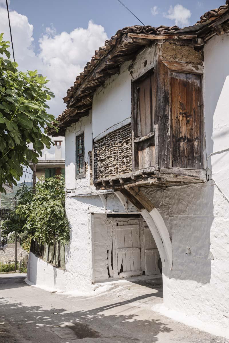 Façade d'une maison dans le village d'Echinos en Grèce