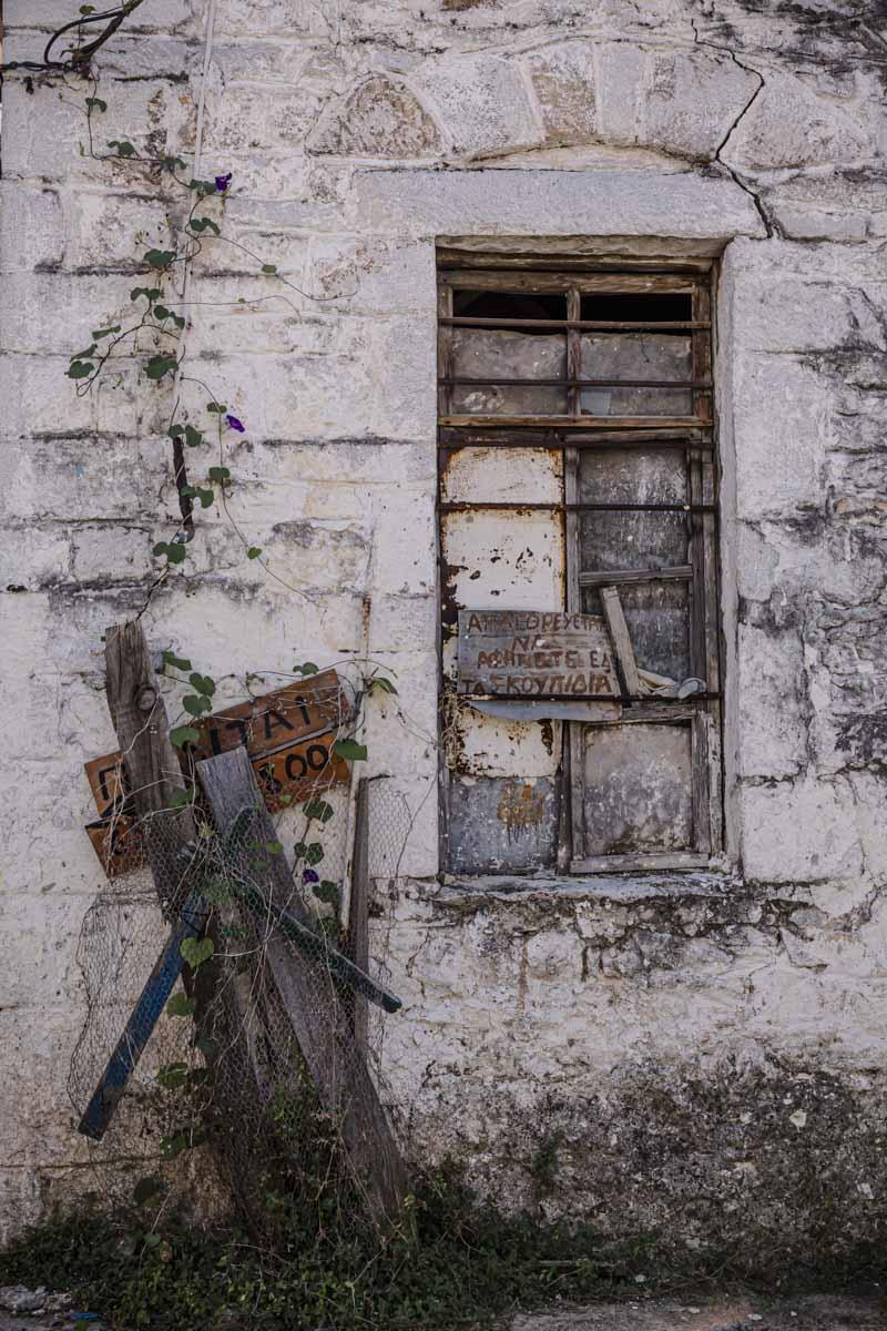 Fenêtre d'un village de montagne à Thassos en Grèce