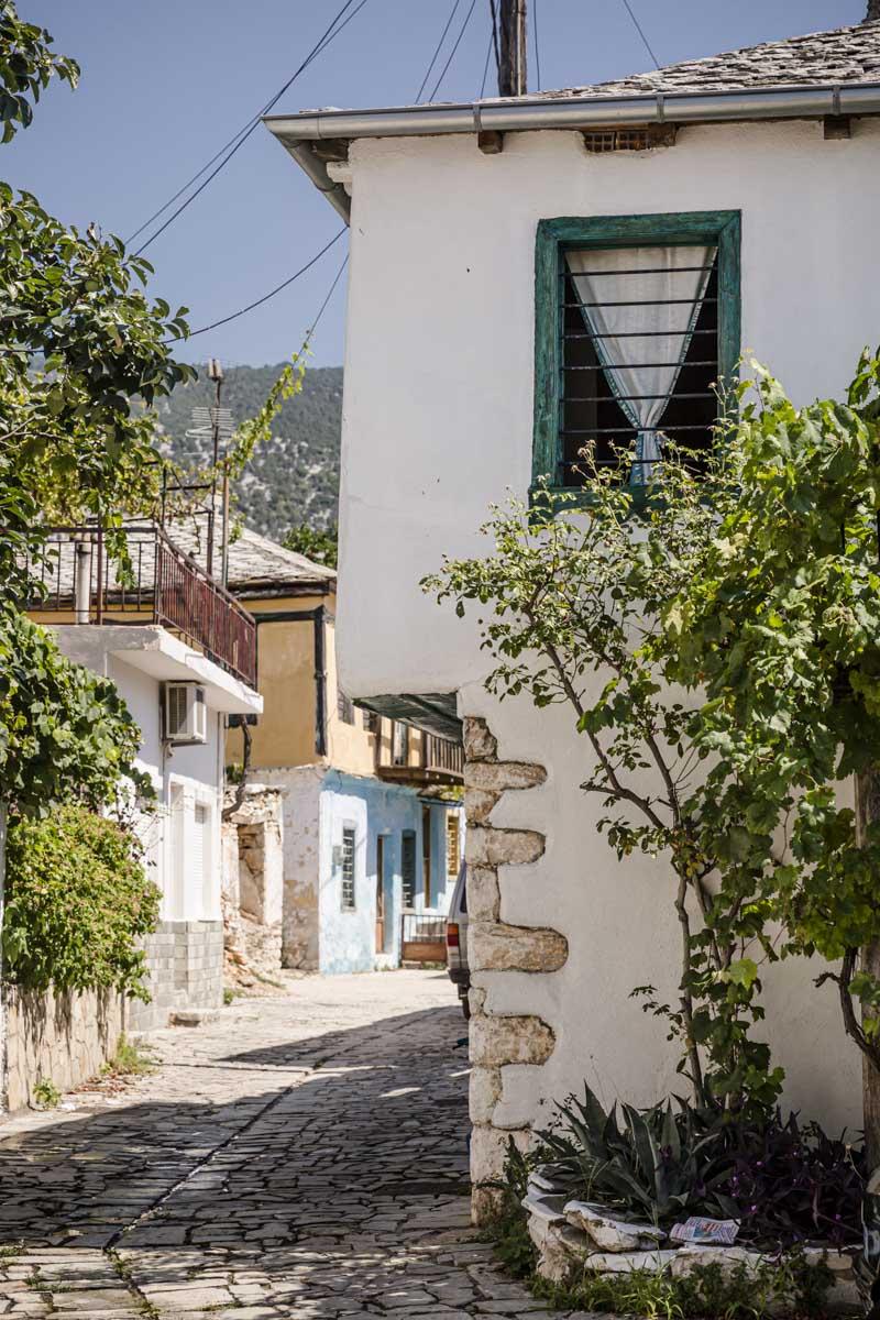 Rue de Theologos à Thassos en Grèce
