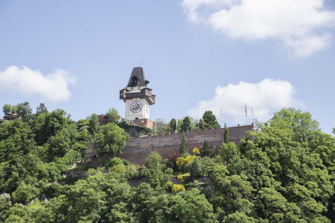 Vue sur la tour de l'horloge depuis la terrasse de Kastner & Öhler