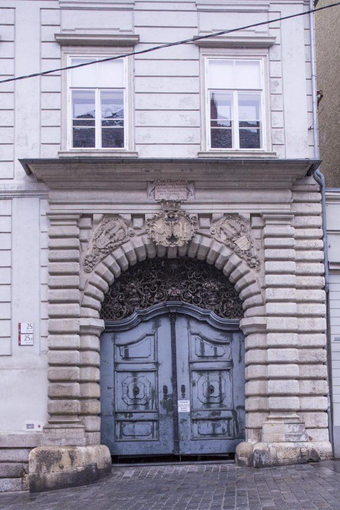 Magnifique porte du palais de Saurau à Graz