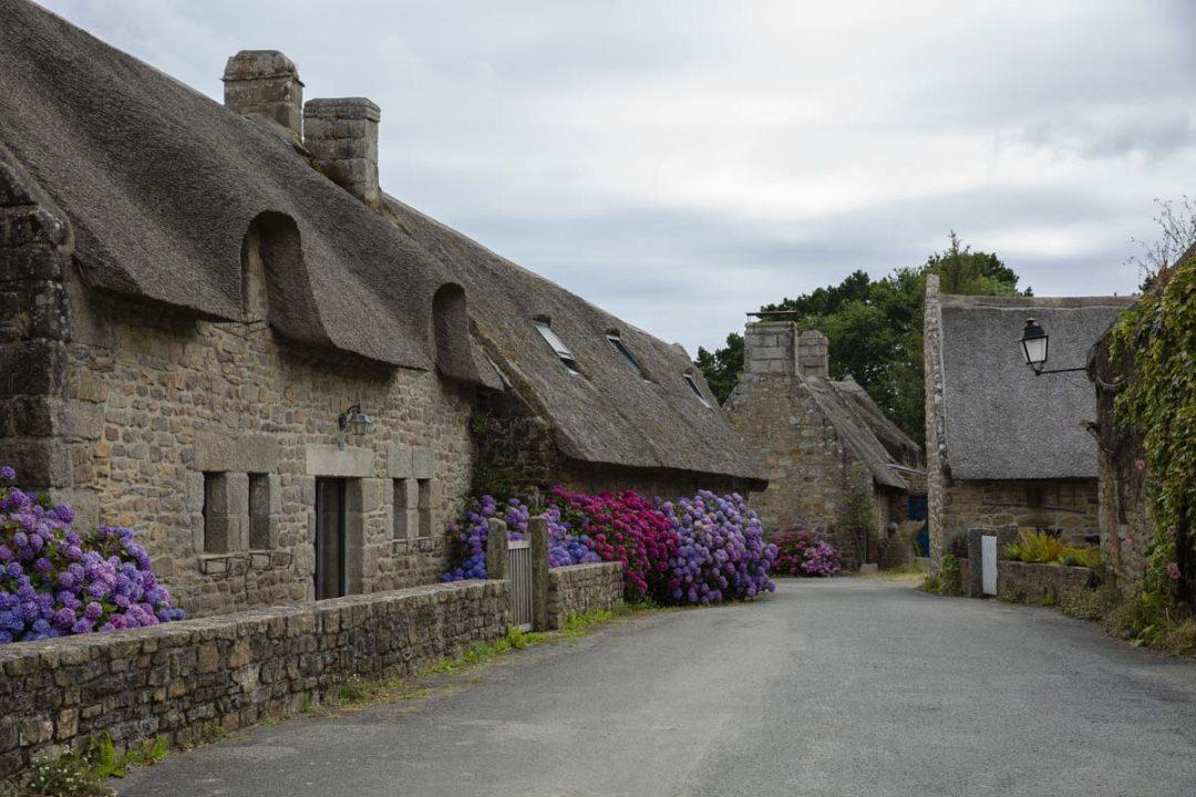Les maisons traditionnelles du village de Kerascouet dans le sud du Finistère