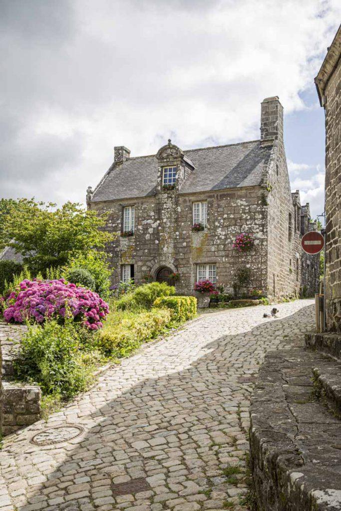 Petite rue de Locronan dans le Finistère sud.