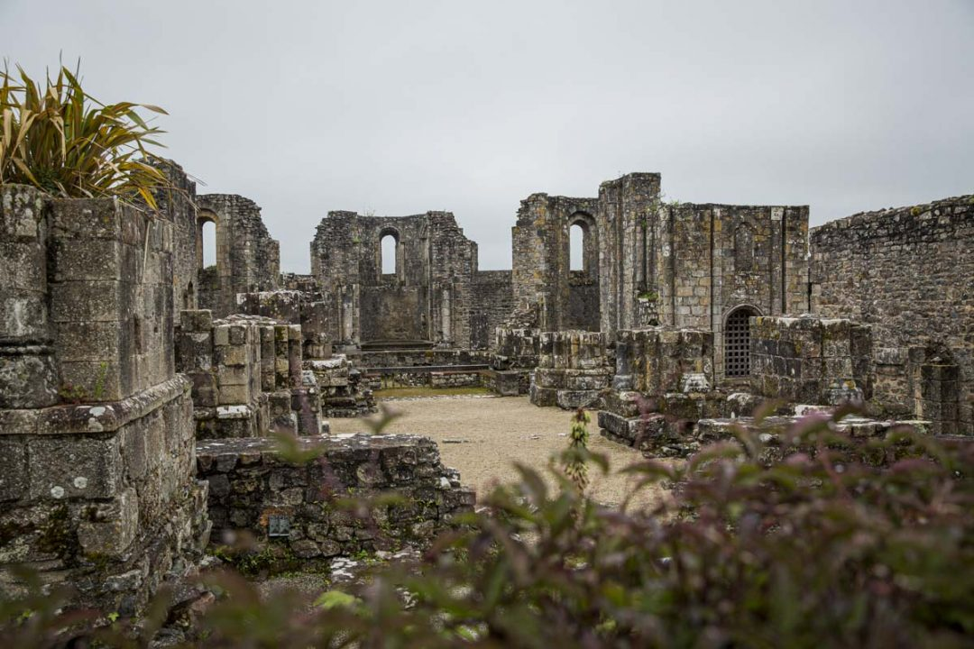 Les ruines de l'abbaye Saint Guénolé à Landevennec dans le sud du Finistère