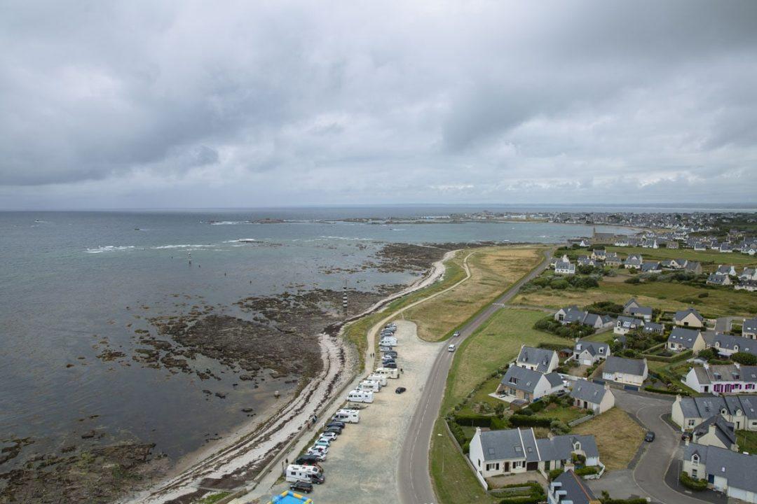 Vue sur la baie d'Audierne depuis le haut du phare d'Eckmühl à la pointe de Penmarc'h dans le sud du Finistère