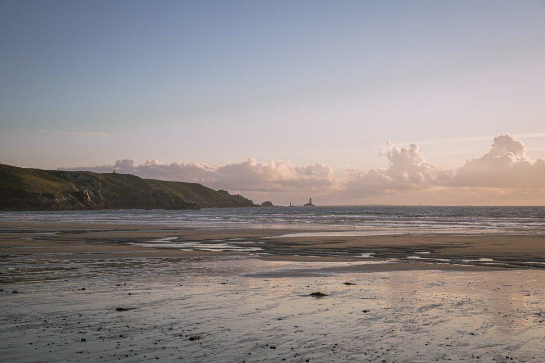 La baie des trépassés au coucher du soleil dans le sud du Finistère