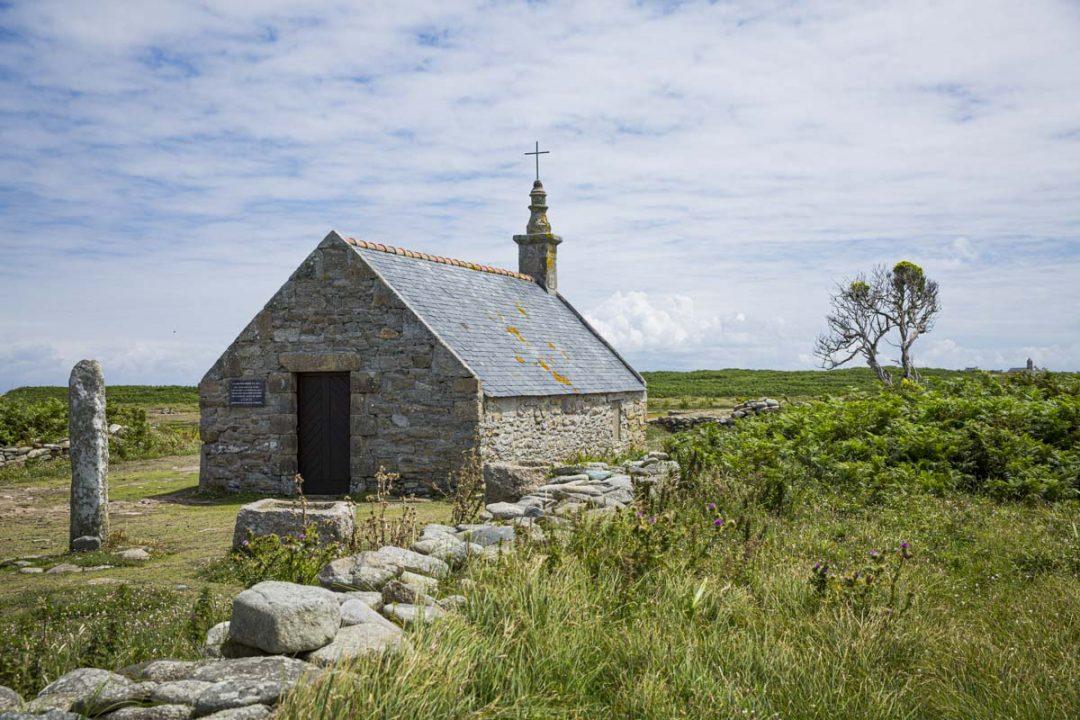 Chapelle Saint-Corentin se trouve non loin du phare de Goulenez sur l'île de Sein dans la mer d'Iroise