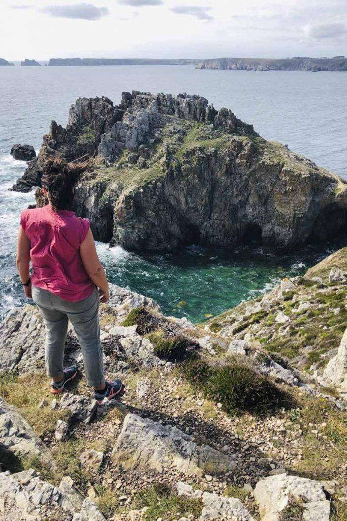 Dans le vent de la pointe de Dinan sur la presqu'ile de Crozon dans le Finistère en Bretagne