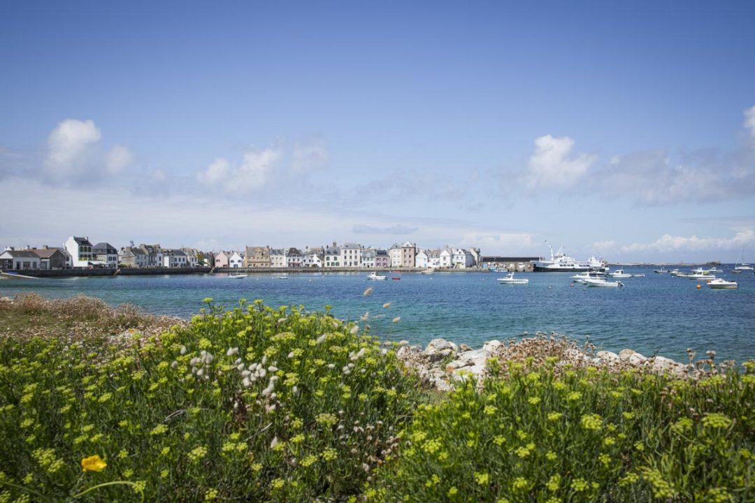 La jolie baie de l'île de Sein située dans la mer d'Iroise, au large de la Pointe du Raz