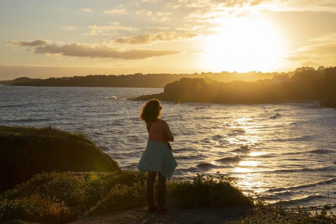 Coucher de soleil sur le sentier du Littoral au Pouldu dans le Finistère sud