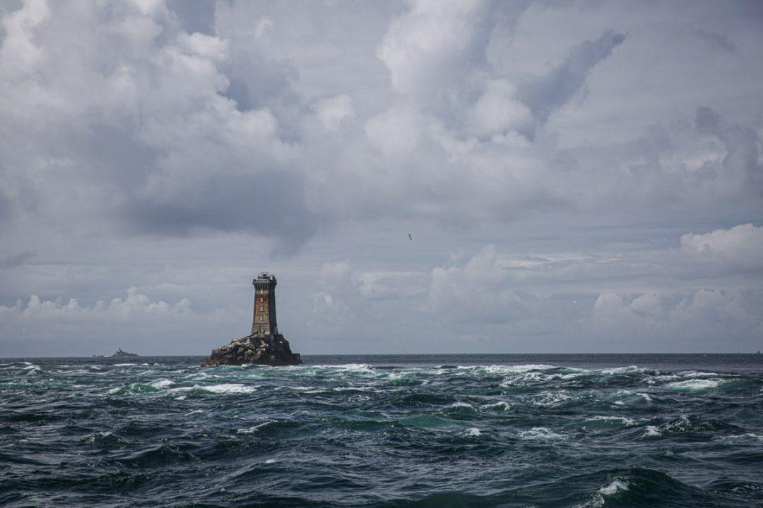 Le phare de la vieille se trouve au large de la pointe du Raz. On l'approche lors de la traversée d'Audierne à l'île de Sein.