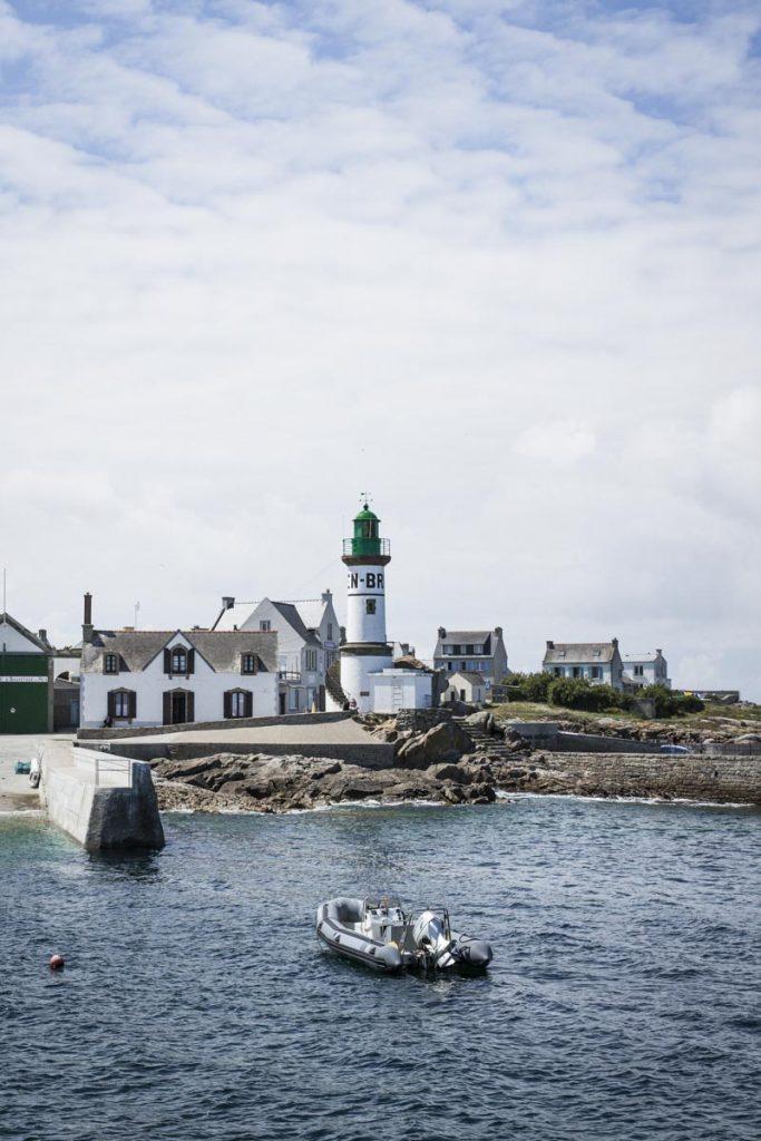 phare de Brial sur l'île de Sein, une ile du Ponant située au large du Cap Sizun dans les Finistère