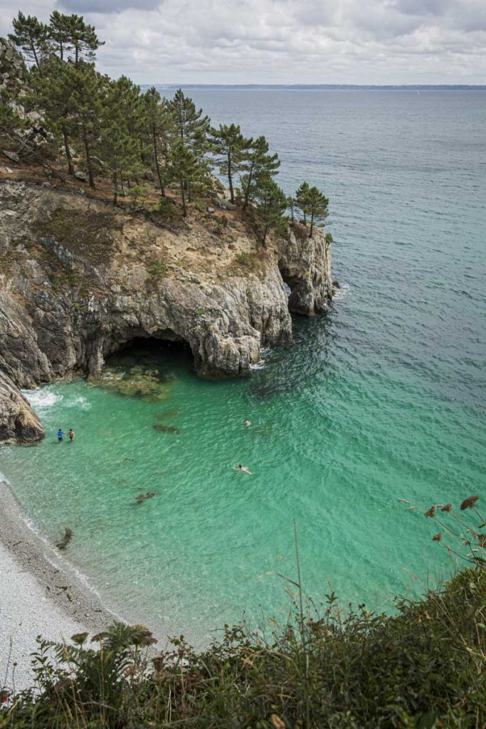 La plage de l'île vierge sur la presqu'île de Crozon se découvre en marchant sur le GR34