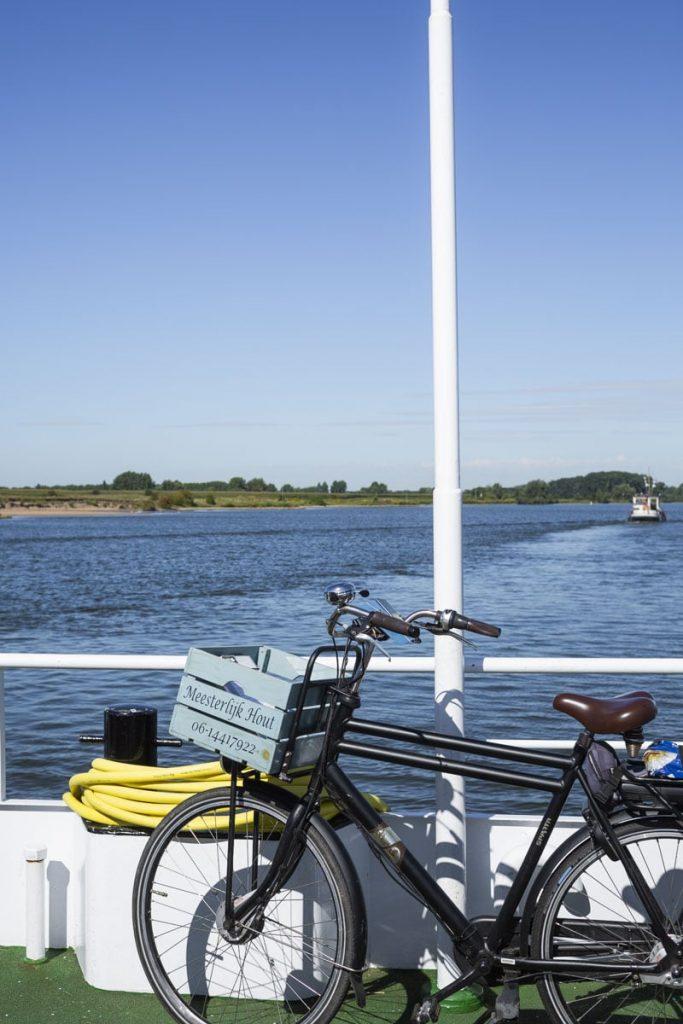Bac pour traverser la Waal aux Pays-Bas