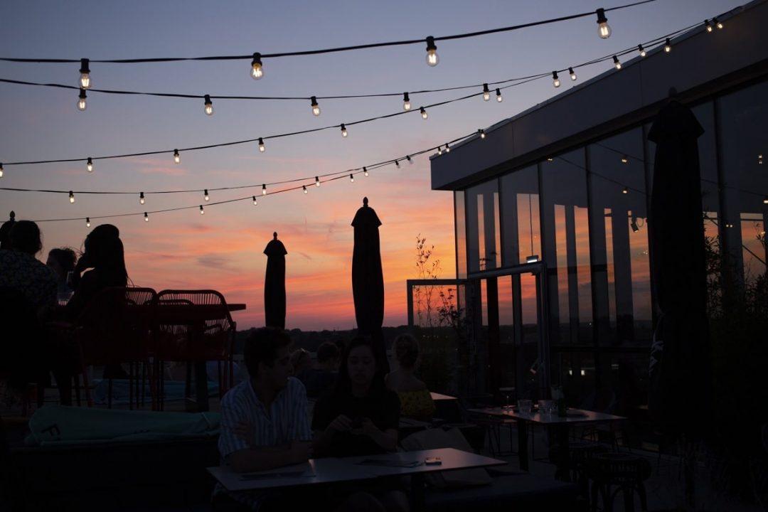Coucher de soleil sur le toit terrasse BOLD à Maastricht