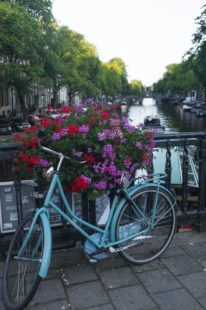 Vélo sur les canaux d'Amsterdam