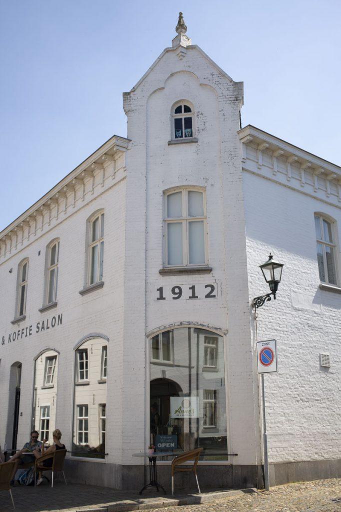 Jolie façade blanche de Thorn, Pays-Bas