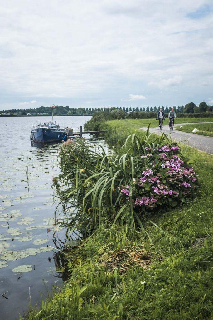 Faire du vélo aux Pays-bas le long des canaux